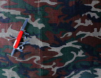 Multifunctioneel Mes op camouflage netto achtergrond Royalty-vrije Stock Afbeelding