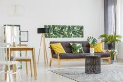 Multifunctioneel woonkamerbinnenland royalty-vrije stock afbeeldingen