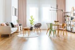 Multifunctioneel woonkamerbinnenland royalty-vrije stock afbeelding