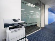 Multifunctionele printermachine klaar voor druk, exemplaar, aftasten bedrijfsdocumenten in bureau stock foto