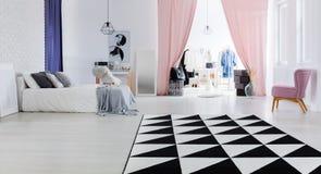 Multifunctionele slaapkamerruimte royalty-vrije stock afbeeldingen