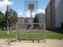 Multifunktionsspielplatz auf Wohnsiedlung stockfotos