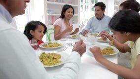 Multigeneratie Indische Familie die Maaltijd thuis eten stock video