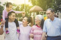 Multigeneratiefamilie die in het park babbelen royalty-vrije stock foto