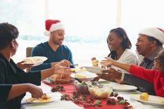 Multigeneratiefamilie die Kerstmis van Maaltijd thuis genieten royalty-vrije stock fotografie