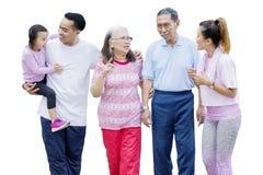 Multigeneratiefamilie die op studio babbelen royalty-vrije stock foto