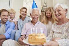 Multigeneratiefamilie het vieren grandadï ¿ ½ s verjaardag stock foto