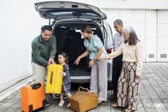 Multigeneratiefamilie klaar over te halen royalty-vrije stock afbeeldingen