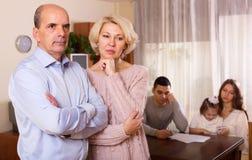 Multigenerational familj som har finansiella problem arkivfoto