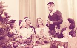 Multigenerational szczęśliwy rodzinny obsiadanie przy świątecznym stołem Zdjęcie Royalty Free
