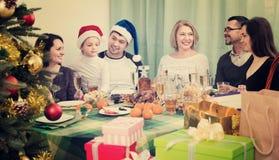Multigenerational szczęśliwy uśmiechnięty rodzinny obsiadanie przy świątecznym stołem Obrazy Royalty Free