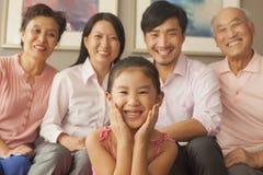 Multigenerationele familie die, portret glimlachen Royalty-vrije Stock Foto