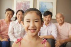 Multigenerationele familie die, portret glimlachen Stock Fotografie