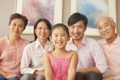 Multigenerationele familie die, portret glimlachen Royalty-vrije Stock Afbeelding