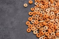 Multigrain obręczy śniadaniowy zboże na popielatym łupkowym tle Fotografia Stock