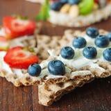 Multigrain råg bakar ihop med bär, frukt och mandeln för sunt Arkivfoton