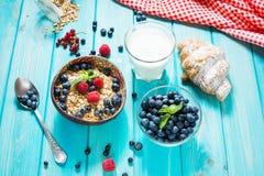 Multigrainwholewheat gezonde graangewassen met verse bes voor ontbijt royalty-vrije stock foto's