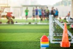 Multikleur van tellerskegels en minidoel op groen kunstmatig gras voor voetbal opleidingsmateriaal stock foto