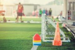 Multikleur van tellerskegels en minidoel op groen kunstmatig gras voor voetbal opleidingsmateriaal stock fotografie