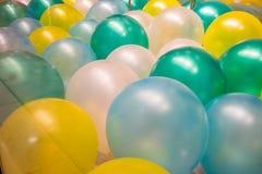 Multikleurenballons op vloer Levendig conceptendetail stock afbeeldingen