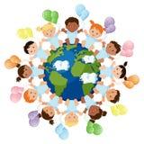 Multikulturelle Gruppe Babys, die um die Planetenerde sitzen Stockfoto