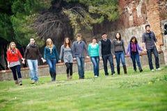 Multikulturelle Gruppe von Personen, die zusammen geht lizenzfreie stockfotos