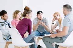 Multikulturelle Jugendliche Gruppe und Ratgeber lizenzfreie stockfotografie