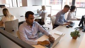 Multikulturelle Personalgeschäftsleute, die an den Schreibtischen arbeiten im Büro sitzen lizenzfreie stockfotografie