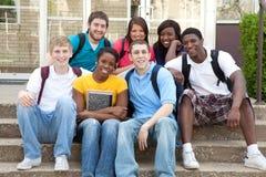Multikulturelle Studenten draußen auf Campus Lizenzfreie Stockfotos