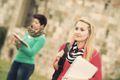Multikulturelle Studenten am Park stockfotos