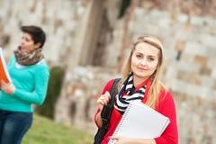 Multikulturelle Studenten am Park stockbilder