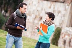 Multikulturelle Studenten am Park stockbild