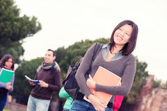 Multikulturelle Studenten am Park lizenzfreies stockfoto