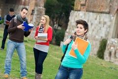 Multikulturelle Studenten am Park lizenzfreies stockbild
