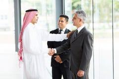 Multikulturelles Teilhaberhändeschütteln Stockfoto