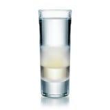 Multilayer kallt och stilfullt vodka- eller ginskott som isoleras på vit. Fotografering för Bildbyråer