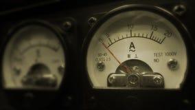 Multimètre électronique analogue de mesure de volt avec des panneaux de forme ronde appui mesurant dans des unités d'ampère et de photographie stock libre de droits