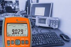 Multimètre sur le lieu de travail Photo libre de droits