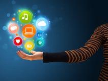 Multimediaikonen in der Hand einer Frau Lizenzfreies Stockfoto