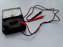 Multimeter, analogon op witte achtergrond stock foto