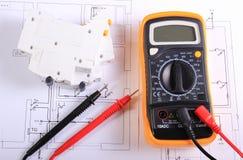 Multimeter en elektrische zekering op bouwtekening royalty-vrije stock afbeeldingen