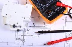 Multimeter en elektrische zekering op bouwtekening stock afbeelding