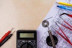 Multimeter, solderende hulpmiddel en handhulpmiddelen voor elektronikaassemblage De ruimte van het exemplaar royalty-vrije stock foto's