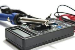 Multimeterinstrument med trådar på den vita bakgrunden Fotografering för Bildbyråer