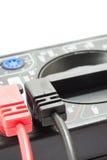 Multimeterinstrument met draden op de witte achtergrond Stock Afbeeldingen
