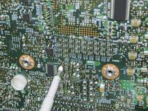Multimetersonder som undersöker ett strömkretsbräde royaltyfri fotografi