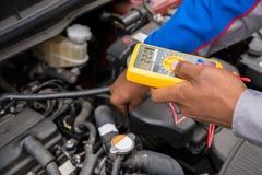 Multimetro di Checking Battery With del meccanico Fotografia Stock Libera da Diritti