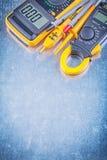 Multimetro elettrico del tester dell'amperometro di Digital su backg metallico fotografia stock