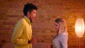 Multinationaal paar die zijnd actief gelukkig in romantische en comfortabele atmosfeer dansen stock video