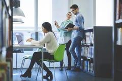 Multinationaal team van bedrijfsschoolstudenten die moderne laptop en vrije Internet-verbinding gebruiken Stock Afbeelding